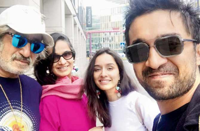 Shraddha kapoor with her father shakti kapoor, mother Shivangi Kolhapure and brother Siddhant Kapoor.